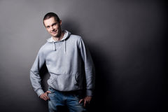 Πορτρέτο ενός νεαρού άνδρα σε ένα γκρίζο υπόβαθρο στοκ εικόνα με δικαίωμα ελεύθερης χρήσης