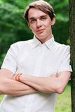 Πορτρέτο ενός νεαρού άνδρα σε ένα πάρκο Στοκ φωτογραφίες με δικαίωμα ελεύθερης χρήσης