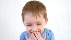 Πορτρέτο ενός ντροπαλού χαμογελώντας παιδιού απόθεμα βίντεο