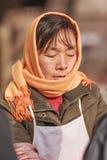 Πορτρέτο ενός ντυμένου χειμώνας θηλυκού προμηθευτή, Πεκίνο, Κίνα Στοκ Φωτογραφίες