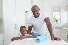 Πορτρέτο ενός πατέρα που συνεργάζεται με το γιο του στοκ φωτογραφία