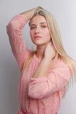 Πορτρέτο ενός πολύ ελκυστικού χαμόγελου ξανθού, φωτογραφία μόδας Στοκ εικόνα με δικαίωμα ελεύθερης χρήσης