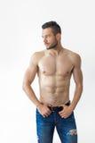 Πορτρέτο ενός προκλητικού μυϊκού ατόμου γυμνοστήθων Στοκ φωτογραφία με δικαίωμα ελεύθερης χρήσης