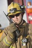 Πορτρέτο ενός πυροσβέστη που μιλά στο ραδιόφωνο στοκ φωτογραφία με δικαίωμα ελεύθερης χρήσης