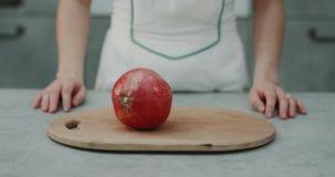 Πορτρέτο ενός ροδιού στη γυναίκα μπαλτάδων που περιστρέφει σε έναν σε αργή κίνηση το ρόδι στο σύγχρονο σχέδιο κουζινών απόθεμα βίντεο