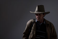 Πορτρέτο ενός σκεπτικού ατόμου σε ένα καπέλο κάουμποϋ. Στοκ Εικόνες