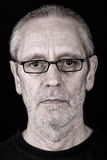 Πορτρέτο ενός σοβαρού ατόμου που φορά τα γυαλιά Στοκ εικόνα με δικαίωμα ελεύθερης χρήσης