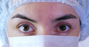 Πορτρέτο ενός στενού επάνω χειρούργου γυναικών, του γιατρού με τη μάσκα έτοιμη για τη λειτουργία στο νοσοκομείο ή της κλινικής μά φιλμ μικρού μήκους