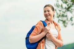 Πορτρέτο ενός τουρίστα με ένα σακίδιο πλάτης στη φύση Στοκ φωτογραφία με δικαίωμα ελεύθερης χρήσης
