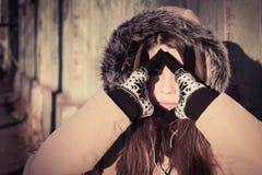 Πορτρέτο ενός υπαίθριου φορώντας χειμερινού παλτού έφηβη Στοκ εικόνα με δικαίωμα ελεύθερης χρήσης