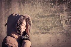 Πορτρέτο ενός υπαίθριου φορώντας χειμερινού παλτού έφηβη Στοκ Εικόνες