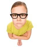 Πορτρέτο ενός λυπημένου μικρού κοριτσιού που φορά τα γυαλιά Στοκ Εικόνες