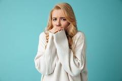 Πορτρέτο ενός φοβησμένου νέου ξανθού κοριτσιού που εξετάζει τη κάμερα στοκ φωτογραφία με δικαίωμα ελεύθερης χρήσης