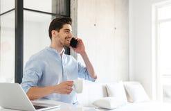 Πορτρέτο ενός χαμογελώντας νεαρού άνδρα που μιλά στο κινητό τηλέφωνο Στοκ φωτογραφίες με δικαίωμα ελεύθερης χρήσης