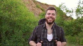 Πορτρέτο ενός χαμογελώντας ορειβάτη με ένα σακίδιο πλάτης φιλμ μικρού μήκους