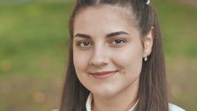 Πορτρέτο ενός χαμογελώντας 16χρονου κοριτσιού στενό πρόσωπο - επάνω απόθεμα βίντεο