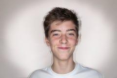 Πορτρέτο ενός χαμογελώντας εφήβου στοκ εικόνες