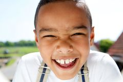 Πορτρέτο ενός χαμογελώντας μικρού παιδιού με suspenders στοκ φωτογραφία