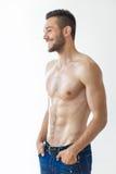 Πορτρέτο ενός χαμογελώντας μυϊκού ατόμου γυμνοστήθων Στοκ Εικόνες