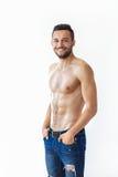 Πορτρέτο ενός χαμογελώντας μυϊκού ατόμου γυμνοστήθων Στοκ εικόνες με δικαίωμα ελεύθερης χρήσης