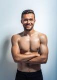 Πορτρέτο ενός χαμογελώντας μυϊκού ατόμου γυμνοστήθων Στοκ Φωτογραφίες