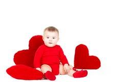 Πορτρέτο ενός χαριτωμένου λατρευτού μικρού αγγέλου βαλεντίνων με την κόκκινη μαλακή καρδιά που απομονώνεται στο άσπρο υπόβαθρο Στοκ Φωτογραφία
