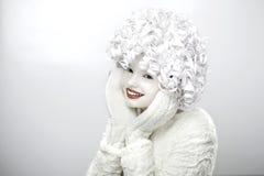 Πορτρέτο ενός χαριτωμένου κοριτσιού με ένα άσπρο πρόσωπο και μια σγουρή τρίχα στοκ φωτογραφίες