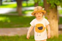 Πορτρέτο ενός χαριτωμένου κοριτσιού μικρών παιδιών σε ένα αστείο καπέλο στοκ εικόνες