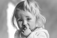 Πορτρέτο ενός χαριτωμένου μικρού κοριτσιού με την άσπρη τρίχα Στοκ Εικόνα