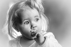 Πορτρέτο ενός χαριτωμένου μικρού κοριτσιού με την άσπρη τρίχα Στοκ εικόνα με δικαίωμα ελεύθερης χρήσης