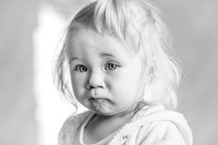 Πορτρέτο ενός χαριτωμένου μικρού κοριτσιού με την άσπρη τρίχα Στοκ φωτογραφία με δικαίωμα ελεύθερης χρήσης