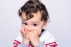 Πορτρέτο ενός χαριτωμένου μωρού που τρώει το πορτοκάλι στοκ φωτογραφία με δικαίωμα ελεύθερης χρήσης
