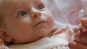 Πορτρέτο ενός χαριτωμένου μωρού που ` s που προσπαθεί να επικοινωνήσει απόθεμα βίντεο