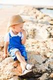 Πορτρέτο ενός χαριτωμένου ξανθού αγοριού στο καπέλο στοκ φωτογραφία με δικαίωμα ελεύθερης χρήσης
