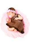 Πορτρέτο ενός χαριτωμένου ύπνου μικρών κοριτσιών σε ένα φόρεμα στοκ εικόνες με δικαίωμα ελεύθερης χρήσης