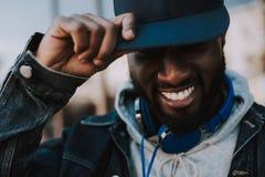 Πορτρέτο ενός χαρούμενου αμερικανικού ατόμου afro που φορά την ΚΑΠ του στοκ εικόνα με δικαίωμα ελεύθερης χρήσης