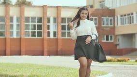 Πορτρέτο ενός 16χρονου κοριτσιού στα όμορφα ενδύματα απόθεμα βίντεο