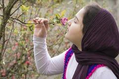 Πορτρέτο ενός όμορφου έφηβη υπαίθριου σε έναν κήπο Στοκ Εικόνες