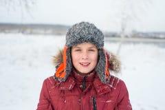 Πορτρέτο ενός όμορφου αγοριού στο χειμερινό υπόβαθρο Στοκ φωτογραφίες με δικαίωμα ελεύθερης χρήσης