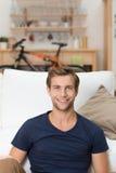 Πορτρέτο ενός όμορφου αξύριστου νεαρού άνδρα Στοκ εικόνα με δικαίωμα ελεύθερης χρήσης