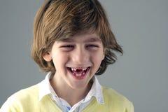 Πορτρέτο ενός όμορφου γέλιου παιδιών που απομονώνεται Στοκ Φωτογραφία