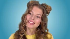 Πορτρέτο ενός όμορφου ενθουσιώδους κοριτσιού σε ένα καλό χαμόγελο διάθεσης που εξετάζει τη κάμερα απόθεμα βίντεο