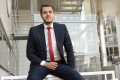 Πορτρέτο ενός όμορφου επιχειρηματία στην αστική ρύθμιση Στοκ εικόνα με δικαίωμα ελεύθερης χρήσης