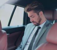 Πορτρέτο ενός όμορφου επιχειρησιακού ατόμου στο αυτοκίνητό του Στοκ φωτογραφία με δικαίωμα ελεύθερης χρήσης