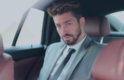 Πορτρέτο ενός όμορφου επιχειρησιακού ατόμου στο αυτοκίνητό του Στοκ εικόνα με δικαίωμα ελεύθερης χρήσης