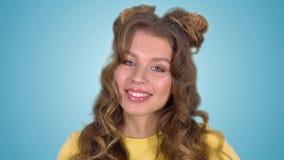 Πορτρέτο ενός όμορφου εύθυμου κοριτσιού που χαμογελά έχοντας μια καλή διάθεση φιλμ μικρού μήκους