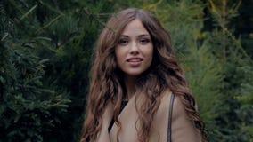 Πορτρέτο ενός όμορφου ελκυστικού κοριτσιού στη φύση απόθεμα βίντεο