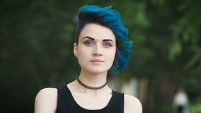 Πορτρέτο ενός όμορφου κοριτσιού με ένα ασυνήθιστο hairstyle απόθεμα βίντεο