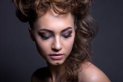 Πορτρέτο ενός όμορφου κοριτσιού με ένα δημιουργικό υψηλό hairstyle και Στοκ φωτογραφία με δικαίωμα ελεύθερης χρήσης