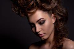 Πορτρέτο ενός όμορφου κοριτσιού με ένα δημιουργικό υψηλό hairstyle και Στοκ Εικόνα